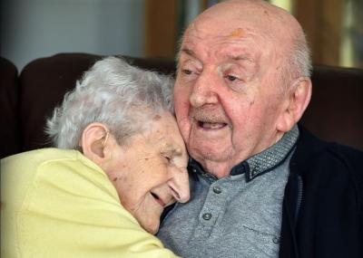 Anciana se muda a asilo para cuidar a su hijo