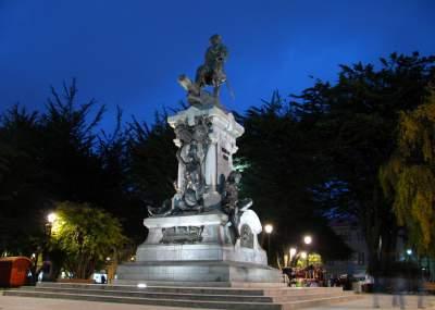 Joven cayó de estatua a la que se había subido para tomarse una foto — Punta Arenas