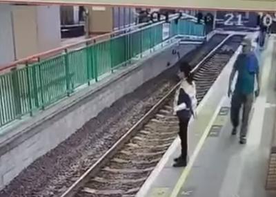 Hombre empujó a una mujer a las vías del tren en China